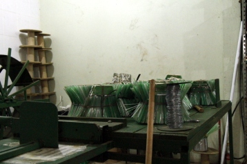 Confecção de vassouras na Camar. Foto: Lethícia Souza.